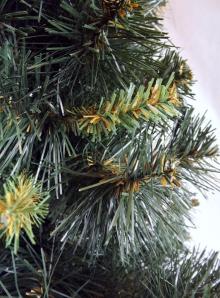 Choinka-zielony świerk z jaśniejszym i cieńszym splotem