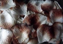 Płatki róż z materiału zapakowane w woreczek w kolorze biało-brązowym